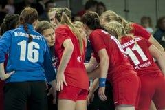Jogadores da equipe HIFK Helsínquia do handball Fotos de Stock