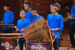 Jogadores de Angklung na a??o em um evento imagem de stock