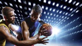 Jogadores de basquetebol na ação na corte Foto de Stock Royalty Free