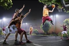 Jogadores de basquetebol na ação na corte Imagem de Stock
