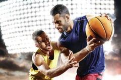 Jogadores de basquetebol na ação na corte Fotos de Stock