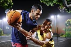 Jogadores de basquetebol na ação na corte Fotos de Stock Royalty Free