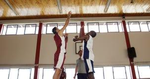 Jogadores de basquetebol prontos para a bola de salto