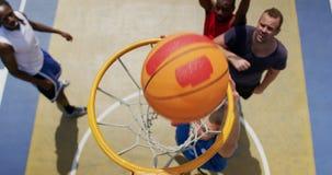 Jogadores de basquetebol que jogam o basquetebol 4k filme