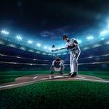 Jogadores de beisebol profissionais na arena grande imagens de stock