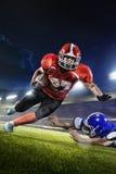 Jogadores de futebol americano na ação na arena grande Foto de Stock