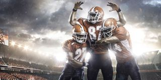 Jogadores de futebol americano na ação no estádio Fotografia de Stock