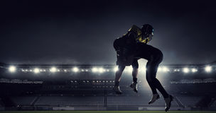 Jogadores de futebol americano na arena Meios mistos foto de stock royalty free