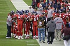 Jogadores de futebol americanos do NFL com ônibus Fotografia de Stock Royalty Free