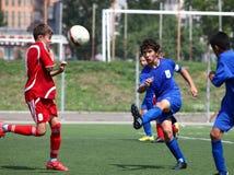 Jogadores de futebol com esfera Fotografia de Stock Royalty Free