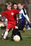 Jogadores de futebol da juventude das meninas que jogam o futebol Fotografia de Stock