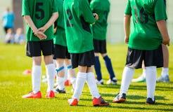 Jogadores de futebol da reserva em Team Bench Meninos dos adolescentes que jogam S Fotografia de Stock