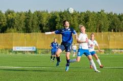 Jogadores de futebol das meninas que lutam pela bola Imagem de Stock