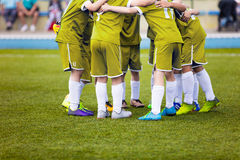 Jogadores de futebol novos do futebol no sportswear amarelo O jovem ostenta a equipe de futebol Fotos de Stock