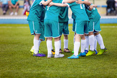 Jogadores de futebol novos do futebol no sportswear de água-marinha Equipe de esportes nova Fotografia de Stock Royalty Free
