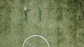 Jogadores de futebol novos que retrocedem a bola de futebol vídeos de arquivo