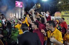 Jogadores de futebol que comemoram com o copo dourado Imagens de Stock Royalty Free