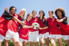 Jogadores de futebol que gesticulam os polegares acima Fotos de Stock