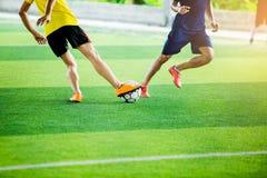 Jogadores de futebol que lutam-se retrocedendo a bola fotos de stock royalty free