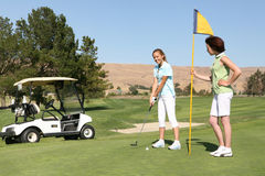Jogadores de golfe bonitos das mulheres Imagem de Stock