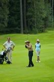 Jogadores de golfe do grupo no feeld do golfe Foto de Stock