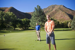 Jogadores de golfe no campo de golfe Imagens de Stock Royalty Free