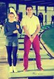 Jogadores de golfe no campo de golfe Fotografia de Stock Royalty Free