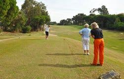 Jogadores de golfe no T, a Andaluzia, Espanha Fotos de Stock Royalty Free