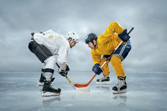 Jogadores de hóquei em gelo Fotos de Stock Royalty Free