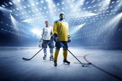 Jogadores de hóquei em gelo na arena grande do gelo imagem de stock royalty free