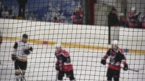 Jogadores de hóquei que substituem colegas de equipa na pista de gelo após o primeiro período de fósforo vídeos de arquivo