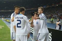Jogadores de Kyiv do dínamo que comemoram o objetivo marcado em um círculo da liga do Europa do UEFA da segundo harmonia do pé 16 foto de stock