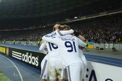 Jogadores de Kyiv do dínamo que comemoram o objetivo marcado em um círculo da liga do Europa do UEFA da segundo harmonia do pé 16 imagem de stock