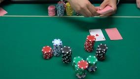 Jogadores de pôquer que fazem a aposta e crouoier que entrega cartões, casino e jogando o close up filme