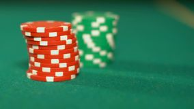Jogadores de pôquer que põem microplaquetas sobre a tabela, fazendo a aposta no casino, apego de jogo filme