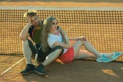 Jogadores de t?nis da mulher e do homem com raquete foto de stock