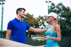 Jogadores de tênis que falam na corte Fotos de Stock Royalty Free