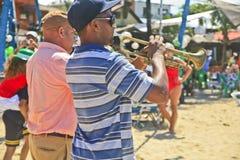 Jogadores de trombeta na parada do dia do St Patrick, Cabarete, República Dominicana Imagem de Stock Royalty Free