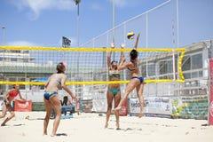 Jogadores de voleibol da praia das mulheres Ataque e defesa Imagens de Stock Royalty Free