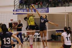 Jogadores de voleibol das mulheres na ação Fotos de Stock Royalty Free