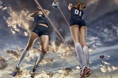Jogadores de voleibol fêmeas que saltam o close-up Foto de Stock Royalty Free