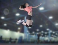 Jogadores de voleibol fêmeas que saltam o close-up na corte do vollayball fotografia de stock