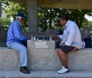 Jogadores de xadrez no pavilhão fotografia de stock royalty free