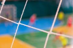 Jogadores defocused do futebol no campo, campo de bola no gym interno, campo de Futsal de esporte do futebol Fotos de Stock