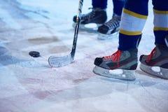 Jogadores do esporte do hóquei em gelo Fotografia de Stock Royalty Free