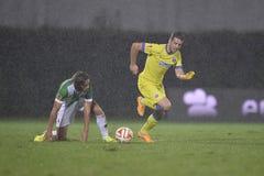 Jogadores do futebol ou de futebol na ação durante a chuva torrencial Fotos de Stock Royalty Free