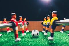 Jogadores do jogo do retrocesso do futebol do futebol da tabela imagem de stock royalty free