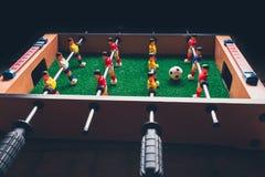 Jogadores do jogo do retrocesso do futebol do futebol da tabela imagens de stock royalty free