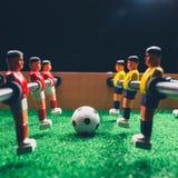 Jogadores do jogo do retrocesso do futebol do futebol da tabela fotos de stock royalty free