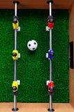 Jogadores do jogo do retrocesso do futebol do futebol da tabela fotografia de stock